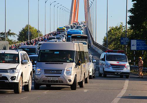Kẹt xe nối dài trên cầu Rạch Miễu dịp Tết Kỷ Hợi. Ảnh: Hoàng Nam