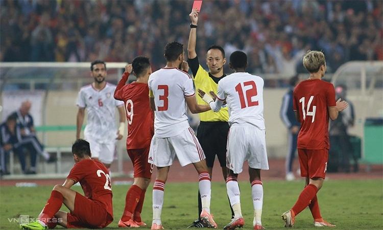 Al Hammadi nhận thẻ đỏ sau pha phạm lỗi từ phía sau với Tiến Linh. Ảnh: Lâm Thỏa.