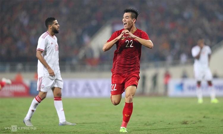 Tiến Linh chia vui sau khi ghi bàn thắng đẹp vào lưới UAE. Ảnh: Đức Đồng.