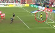 Thủ môn quên dùng tay bắt bóng khiến đội nhà thủng lưới