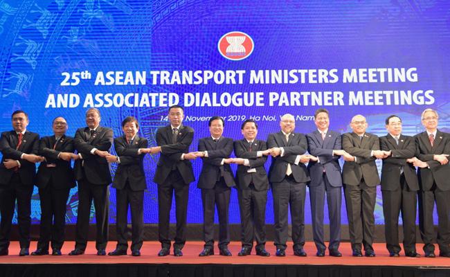 Phó thủ tướng Trịnh Đình Dũng và các bộ trưởng giao thông vận tải các nước Asean tham dự hội nghị. Ảnh: Anh Duy.