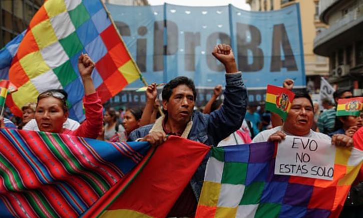 Những người biểu tình ủng hộ Evo Morales giơ khẩu hiệu Evo không đơn độc sau khi ông từ chức ngày 10/11. Ảnh: Reuters.