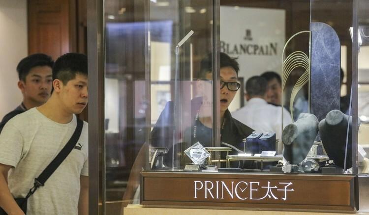 Người dân mua sắm trong tiệm trang sức và đồng hồ Prince ở Harbour City, Hong Kong. Ảnh: SCMP.