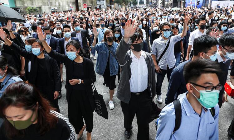 Người biểu tình Hong Kong tuần hành tại quận Central hôm nay. Ảnh: Reuters.