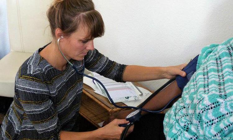 Nữ hộ sinh Maike Jansen (trái) đang khám cho Mary tại phòng khám của tổ chức từ thiện Andocken, thành phố Hamburg, Đức hồi tháng 10. Ảnh: DW.