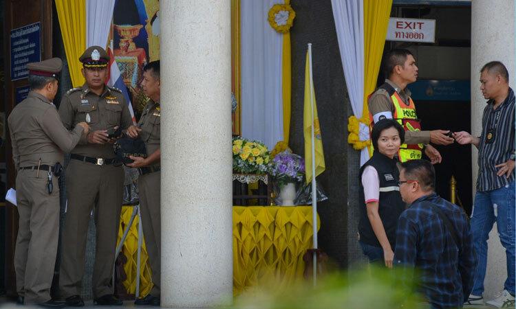 Cảnh sát Hoàng gia Thái Lan điều tra bên ngoài tòa án tỉnh Chanthaburi hôm 12/11. Ảnh: AFP.