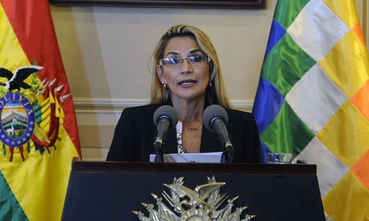 Phó chủ tịch Thượng viện Bolivia Jeanine Anez phát biểu tại phủ tổng thống ở La Paz hôm 13/11 sau khi tuyên bố là Tổng thống lâm thời. Ảnh: AFP.