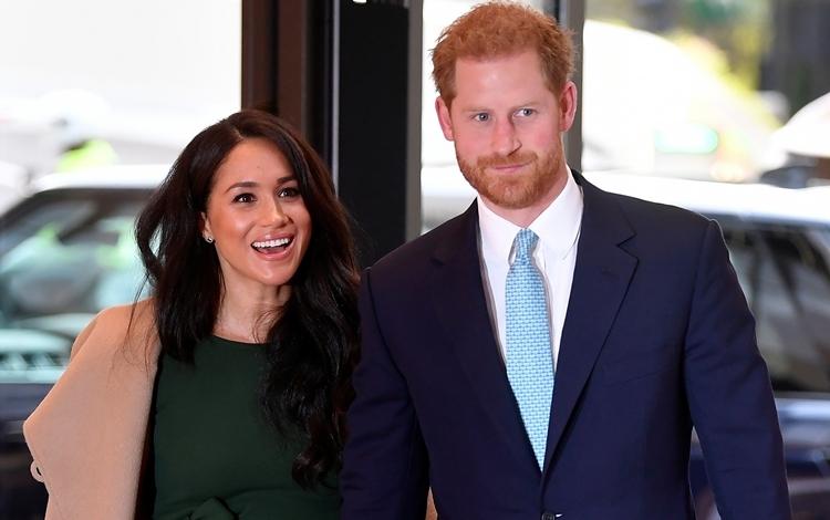 Vợ chồng Harry - Meghan tham dự một lễ trao giải cho trẻ em ở London, Anh hôm 15/10. Ảnh: Reuters.