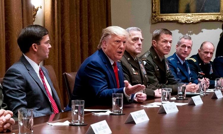Tổng thống Trump trong một cuộc họp với các lãnh đạo quân sự ở Nhà Trắng hồi tháng trước. Ảnh: NYTimes.