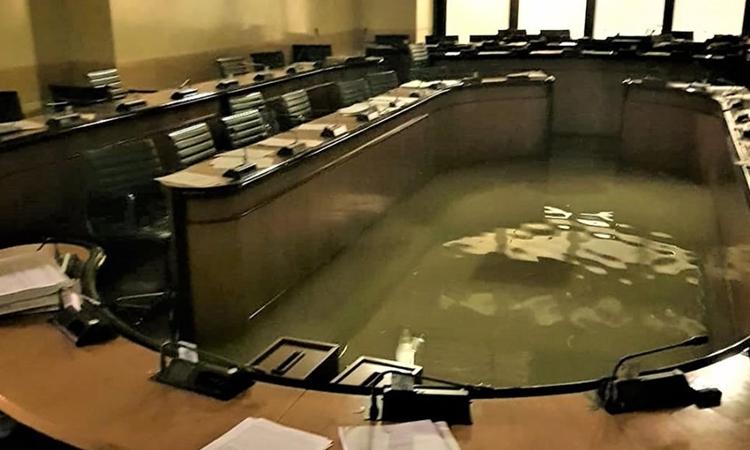 Văn phòng Hội đồng Veneto, Italy, bị nước tràn vào tối 12/11. Ảnh: Andrea Zanoni/Facebook.