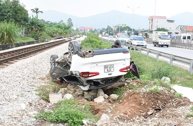 Ôtô dập nát sau vụ tai nạn. Ảnh: Thanh Yên.