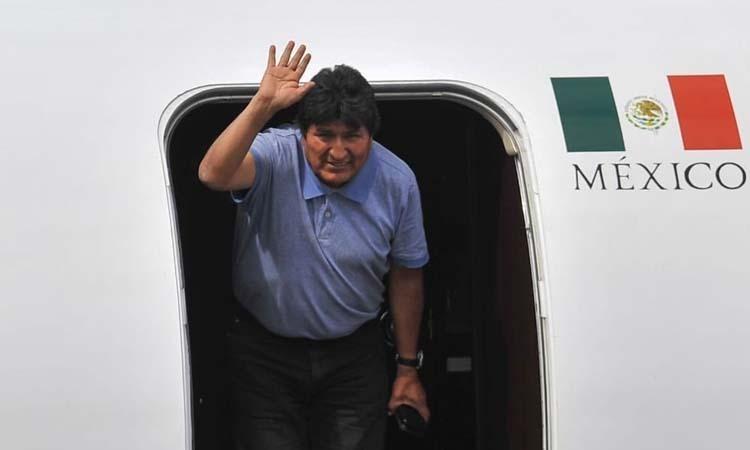 Cựu tổng thống Bolivia Evo Morales xuống sân bay ở thủ đô Mexico City, Mexico hôm 12/11. Ảnh: AFP.