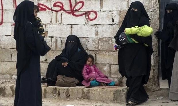 Vợ và con của chiến binh IS bị giữ ở trại al-Hol ở Syria hồi tháng hai. Ảnh: AFP.