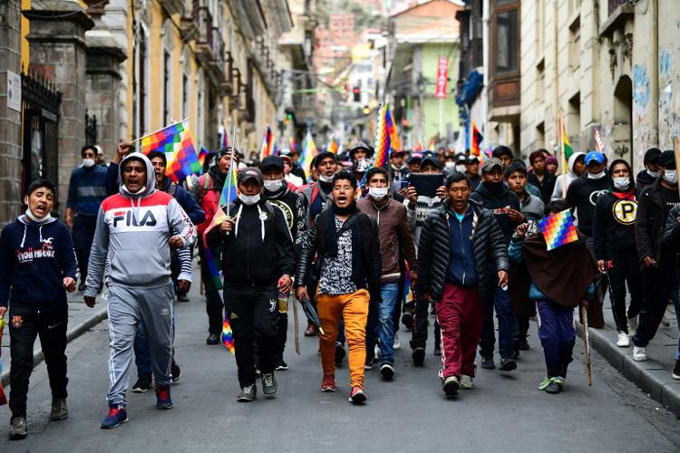 Những người ủng hộ cựu tổng thống Morales biểu tình tại thủ đô La Paz, Bolivia hôm 14/11. Ảnh: AFP.