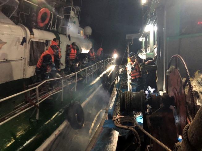 Tàu cảnh sát biển tiếp cận tàu cá có thuyền viên bị thương. Ảnh: Bình Minh