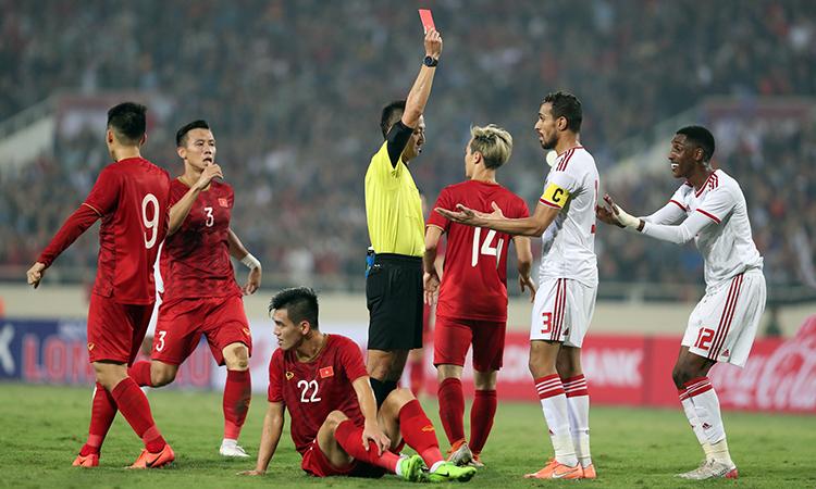 Trung vệ Khalifa Al Hammadi (số 12) nhận thẻ đỏ khi xô ngã Tiến Linh từ phía sau cuối hiệp 1. Ảnh: Đức Đồng.