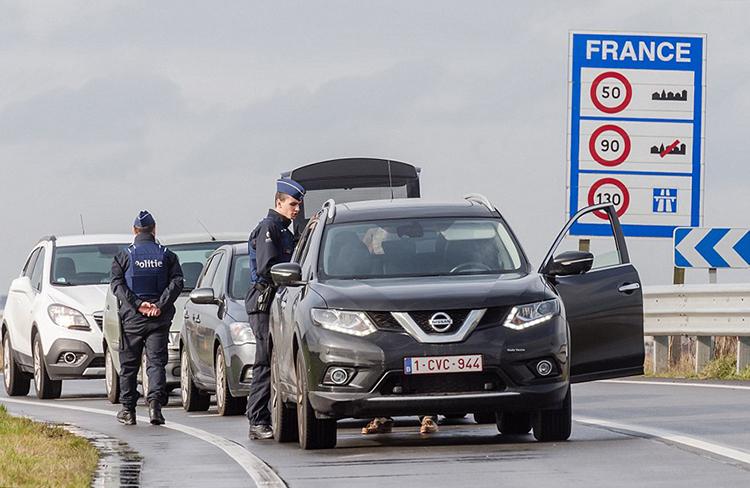 Cảnh sát Bỉ kiểm tra các phương tiện ở biên giới với Pháp hồi năm 2016. Ảnh: AP