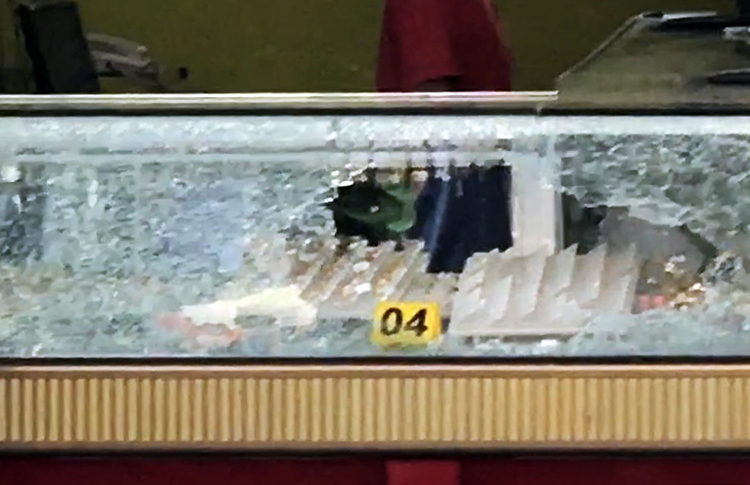 Tủ kính bị cướp đập vỡ lấy đi nhiều nữ trang. Ảnh: Quốc Thắng.