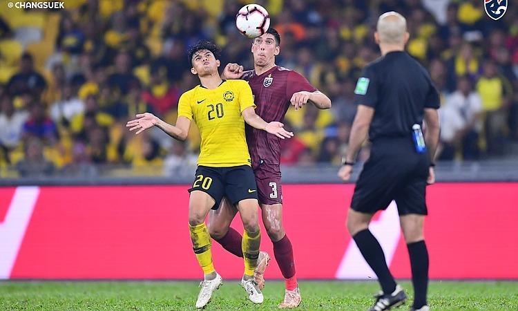 Trung vệ Dolah (số 3) gây thất vọng trong lần đầu đá chính cho Thái Lan. Ảnh: FAT.