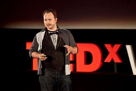 Benny Lewis chia sẻ về cách học ngoại ngữ tại chương trình TED Talks. Ảnh: Fluent in 3 Months.