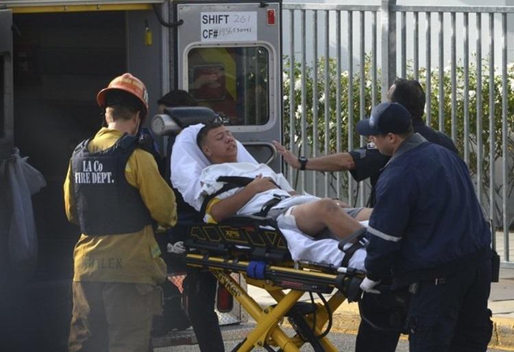 Một nam sinh bị thương được đưa đi cấp cứu sau vụ xả súng ở trường Saugus. Ảnh: AP.