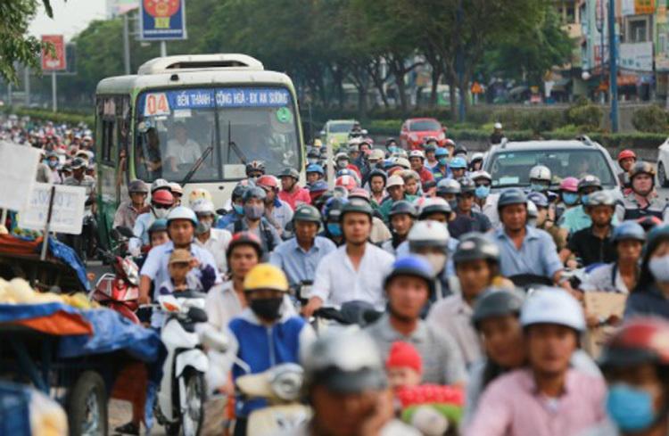 Xe buýt bị mắc kẹt trong dòng xe máy, ôtô trên đường Trường Chinh, ở TP HCM. Ảnh: Quỳnh Trần