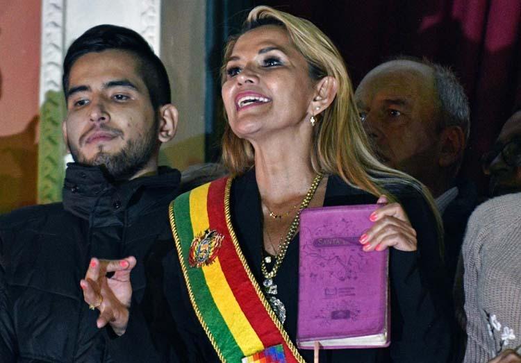 Bà Jeanine Anez cầm cuốn Kinh thánh phát biểu trước đám đông tại thủ đô La Paz hôm 12/11 sau khi tuyên bố trở thành tổng thống lâm thời. Ảnh: AFP.