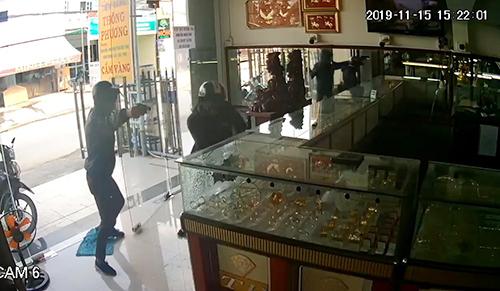 Hai tên cướp vào tiệm vàng. Ảnh cắt clip.