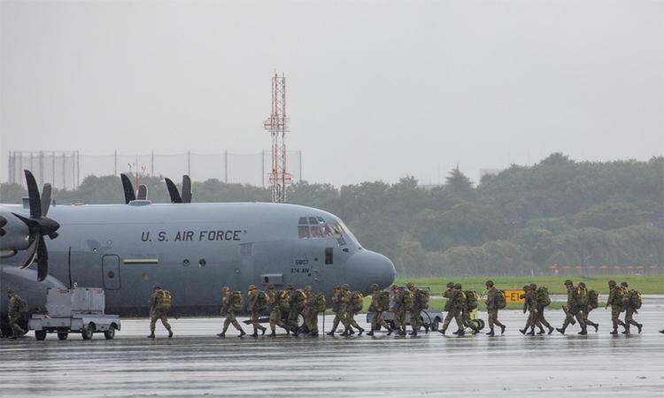 Binh sĩ Mỹ và Nhật Bản tham gia huấn luyện nhảy dù tại căn cứ không quân Yokota, Nhật Bản ngày 16/7. Ảnh: US Air Force.