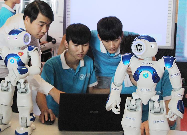 Sinh viên tham gia triển lãm tại diễn đàn Nâng tầm kỹ năng lao động Việt Nam. Ảnh: D.T