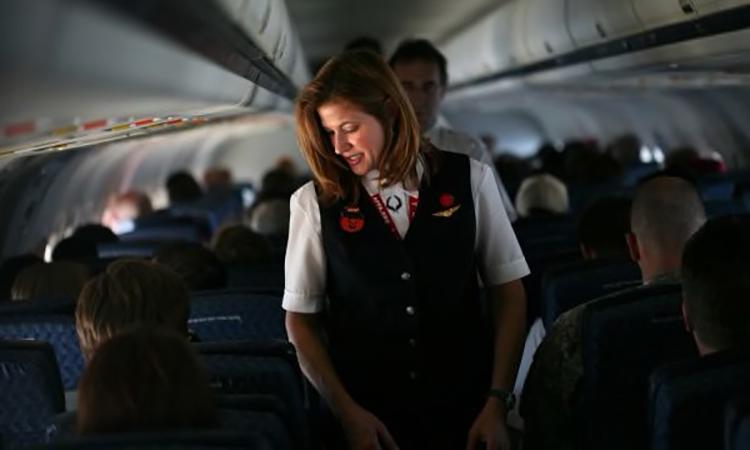 Một tiếp viên của American Airlines kiểm tra cabin hồi tháng 10. Ảnh: Dallas Morning News.