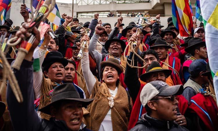 Những người bản địa biểu tình tại thủ đô La Paz, Bolivia hôm 13/11. Ảnh: NY Times.