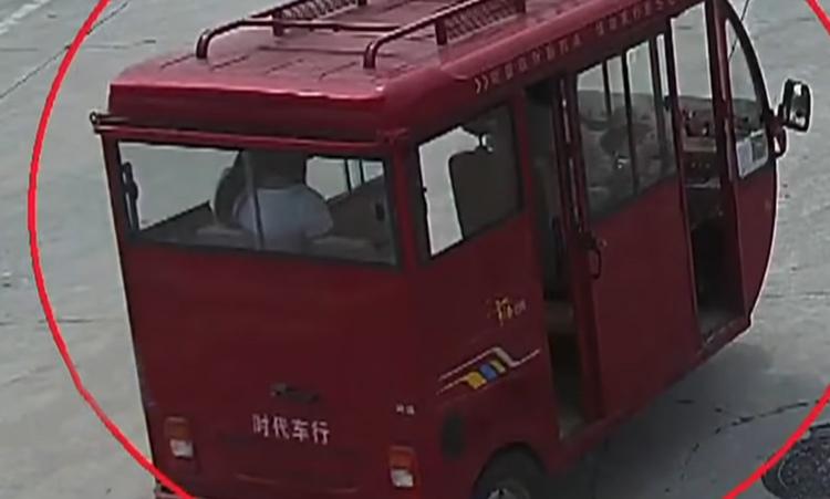 Lan ngồi sau chiếc xe ba gác. Ảnh: CCTV.