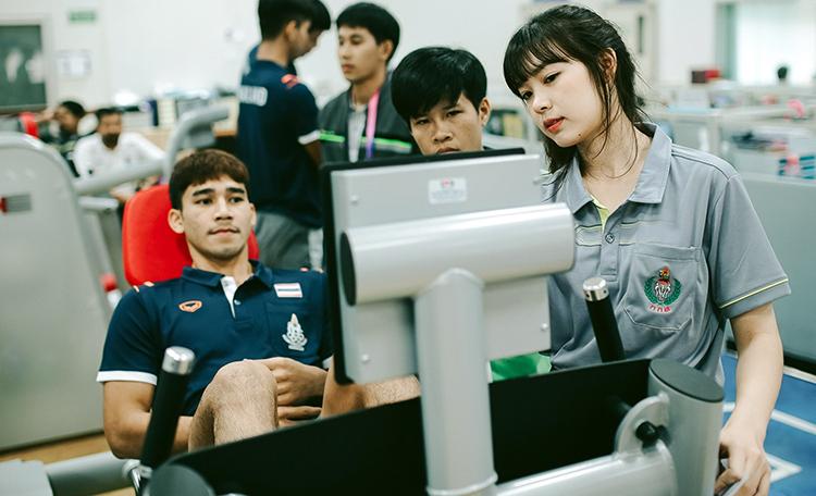 Toàn bộ cầu thủ U22 Thái Lan được kiểm tra thể chất hôm 15/11. Ảnh: Changsuek.