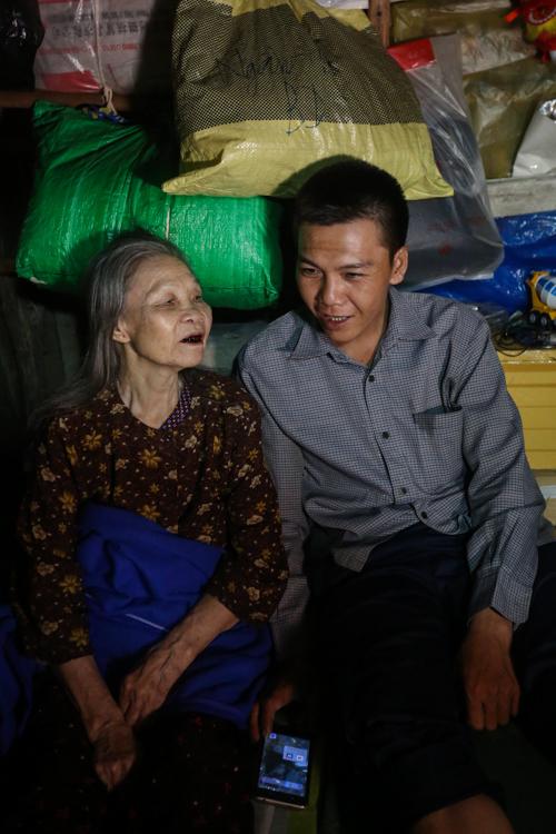 Con trai chở mẹ trong thùng đi nhặt phế liệu đêm