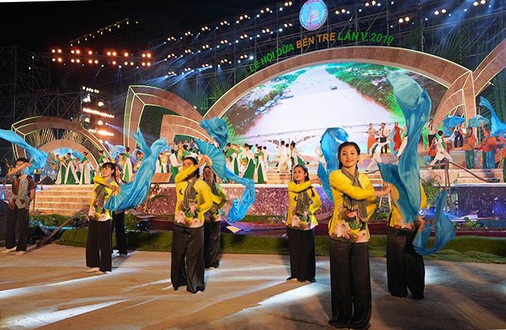 Lễ hội dừa lần 5 tại Bến Tre thu hút hàng nghìn du khách tham quan. Ảnh: Hoàng Nam.