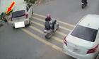 Nữ tài xế gây sửng sốt khi để ôtô tự lái