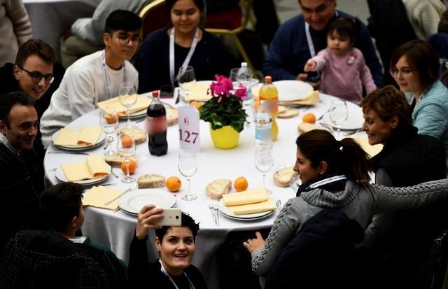 Những người khó khăn được mời cơm tại Vatican ngày 17/11. Ảnh: Reuters.
