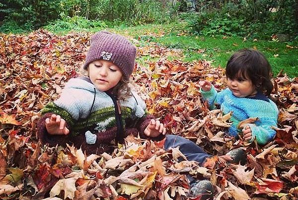 Hai người con của Margaux, Maddox (trái) và Oliviađang chơi ngoài vườn. Ảnh: Margaux Khoury