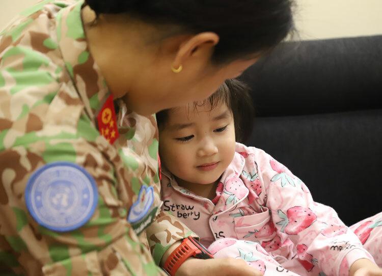 Để chuẩn bị lên đường, hai vợ chồng cũng làm công tác tư tưởng cho cô con gái hơn 3 tuổi, tên ở nhà là Bún. Ảnh: Hoàng Phương.