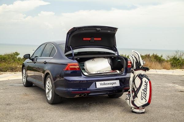 Cốp xe chứa 4 túi golf.