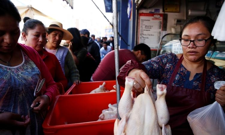 Người dân xếp hàng mua thịt gà ở La Paz ngày 17/11. Ảnh: Reuters.