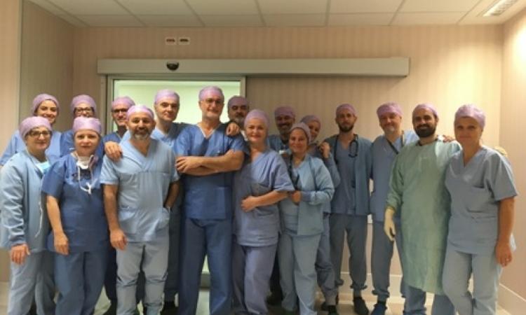 Kíp bác sĩ tham gia ca phẫu thuật đặc biệt tại bệnh viện  Maurizio Bufalini, thành phố Cesena, Italy. Ảnh: Ausloromagna.