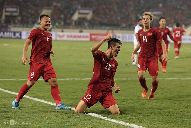 Tiến Linh (số 22) mừng bàn thắng vào lưới UAE ở vòng loại World Cup 2022 tối 14/11 ở Mỹ Đình. Ảnh: Phạm Đương.
