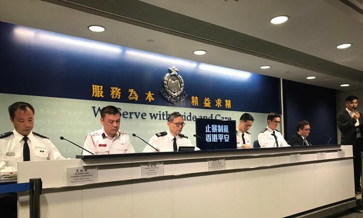 Quan chức cảnh sát Hong Kong tại buổi họp báo hôm nay. Ảnh: CNN.