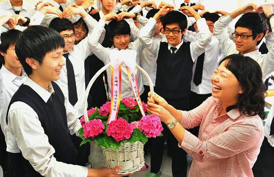 Sinh viên Hàn Quốc tặng hoa cô giáo trong ngày Nhà giáo Hàn Quốc. Ảnh: Charactermedia.
