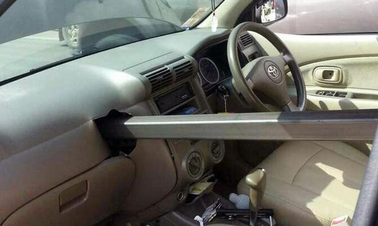 Thanh thép xuyên thủng ôtô, tài xế thoát chết