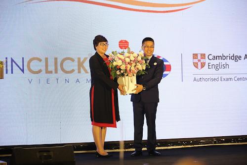 Bà Bùi Thị Minh Nga, Phó Trưởng phòng Giáo dục Phổ thông, Sở GD&ĐT Hà Nội tặng hoa chúc mừng 10 năm thành lập OEA Vietnam
