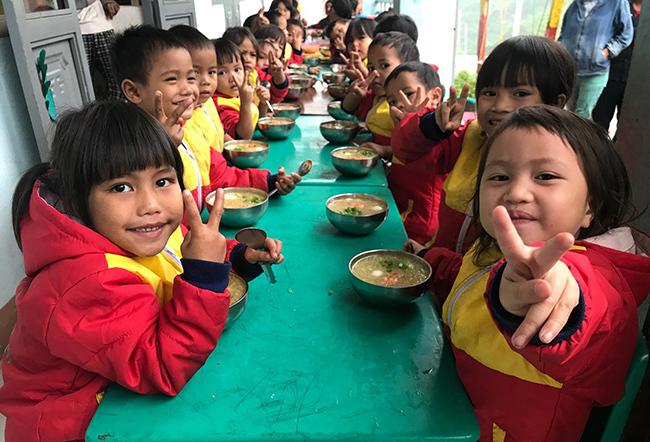 Bữa ăn sáng của học sinh điểm trường Tắk Ta - Mang Liệt. Ảnh: Sơn Thủy.