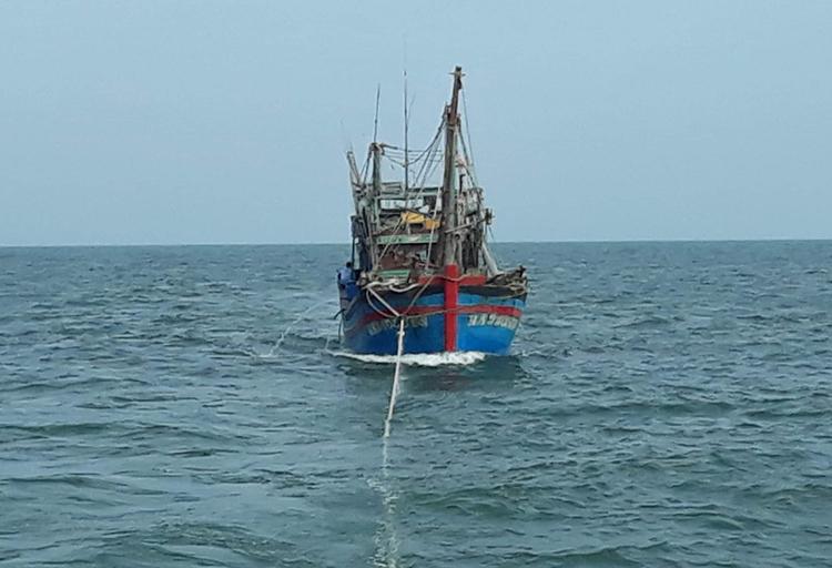 Bộ đội cứu tàu cá Nghệ An gặp nạn